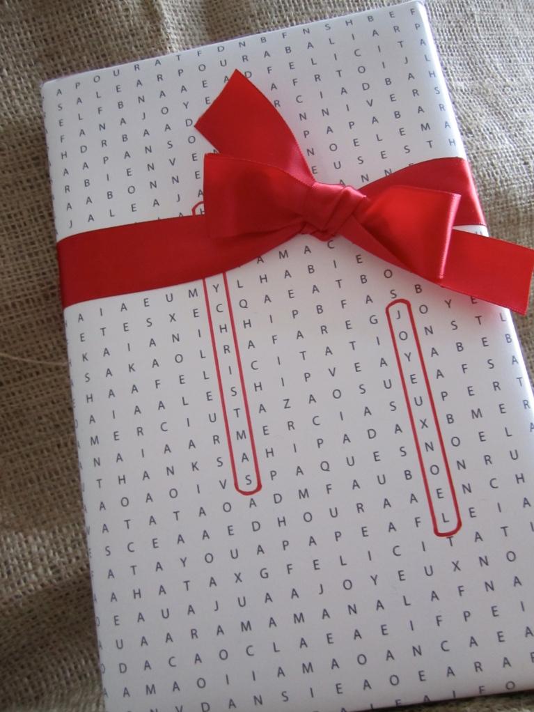 emballer un cadeau avec des mots crois s des papiers et des papilles. Black Bedroom Furniture Sets. Home Design Ideas